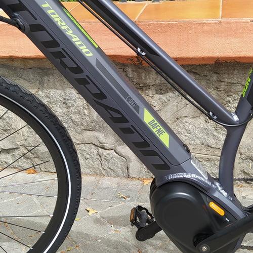 motor y batería - bicicleta eléctrica trekking DAFNE de TORPADO con motor central BAFANG